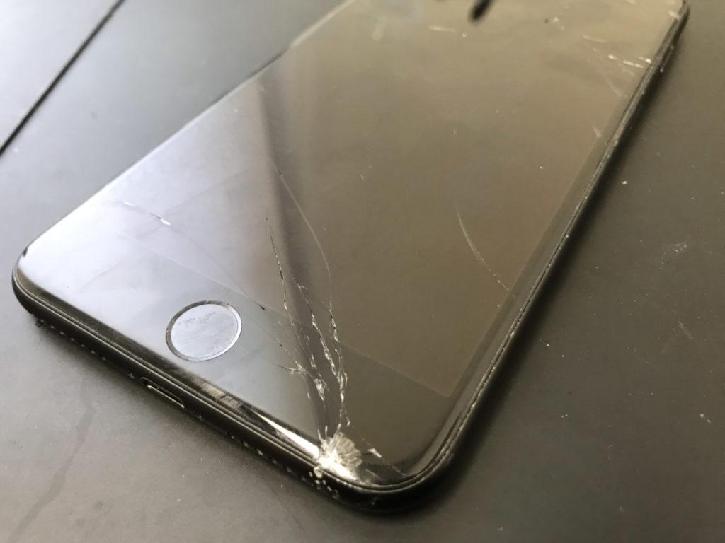 画面修理前のiPhone8Plus