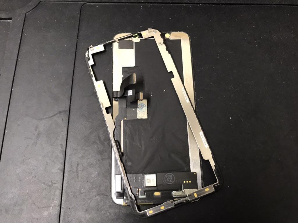 本体から取り外したiPhoneXSのフロントパネル