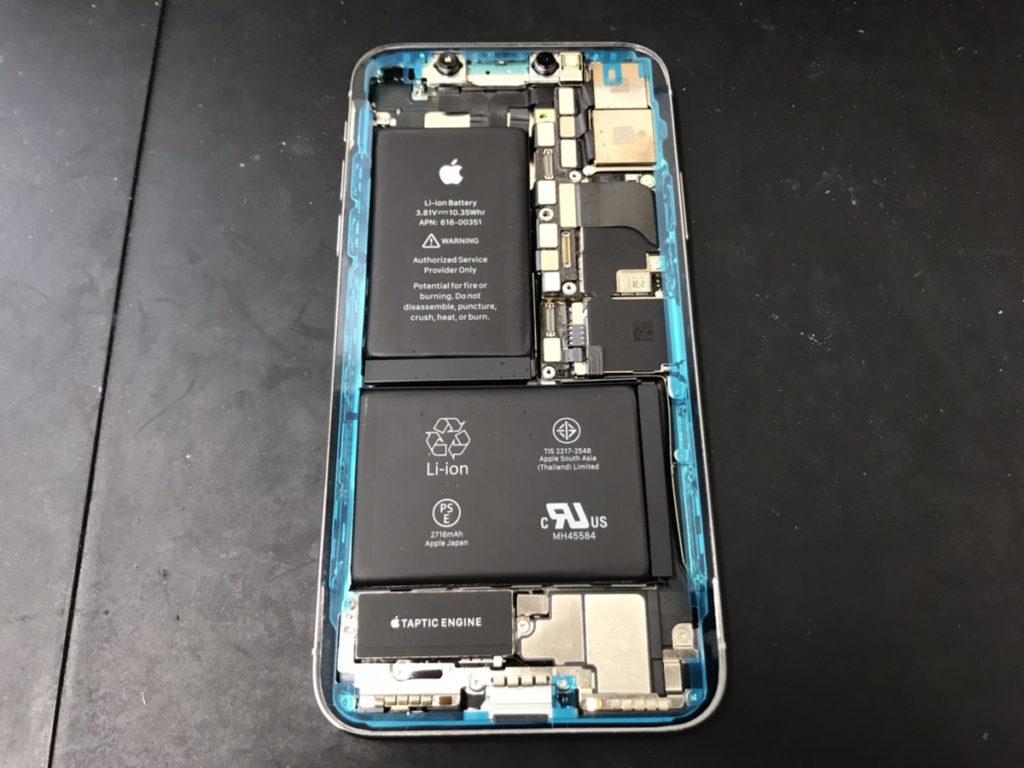 耐水用シールを貼り替えているiPhoneX