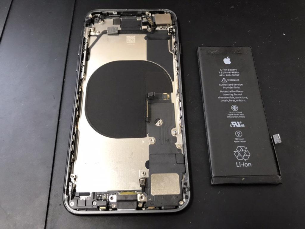 バッテリーを取り外したiPhone8